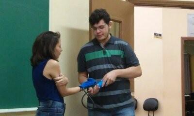demonstração da luva para paralisia rematóide